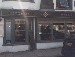 レストランはArundel CastleからTownCentreへ歩いて2分ほど。