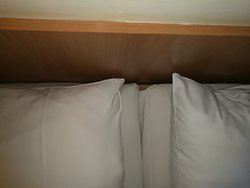Podle čela postele nejde o dvě sražené postele k sobě, má to být opravdu manželské lůžko