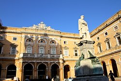 Statua di Giacomo Leopardi