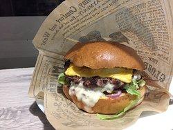 Farcie Burger, Steack Haché de boeuf fourré de fromage Pain rond brioché, salade, tomates...