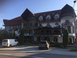 Вид отеля с дороги