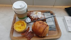 caffè con brioches e tortino di uova con bacon.