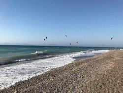 la plage, ses galets, ses déchets (invisibles sur cette photo) et le vent... le vent...