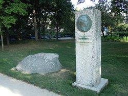 La stèle et la pierre