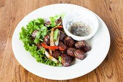 Das Shaken Beef von Falansai mit Zitronen-Pfeffer Sauce. Das Gericht kommt mit Reis.