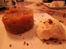 Tarta de manzana reineta con helado casero de vainilla y dulce de leche