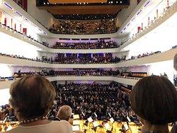 Der Konzertsaal füllt sich. Blick von der Orgelempore.