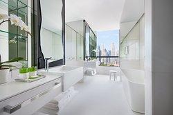 Premier Marina View Suite, Bathroom