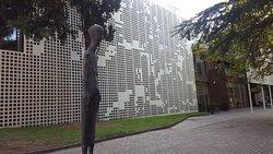 조지아의 근대화가 작품들을 볼 수 있는 곳 입구는 큰길 뒤 공원쪽으로 있다 흰 철판가림막으로 장식된 건물이다 규모는 소박하다 그래도 대표적인 화가와 조각을 볼 수있다 일층에