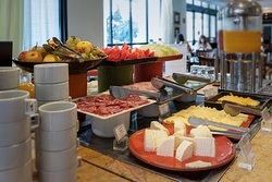 Buffet de café da manhã completo