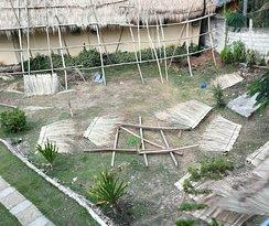 giardino sul retro adibito a cantiere