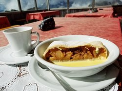 ドロミテの山々を見ながら食べる食事や軽食は最高です。