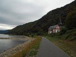 ライン川沿いの遊歩道から見た教会