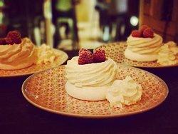 Un dessert parmi d'autres du Just Vin M2 : le Pavlova !  Un délice !!! 😍🤪