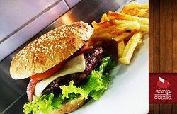 ¡No te puedes quedar sin probar nuestra deliciosa hamburguesa, con carne orgánica y papitas frit