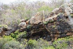 Na foto ... o ABRIGO SOB-ROCHA onde fica situado o SÍTIO ARQUEOLÓGICO XIQUE-XIQUE I.