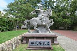 福井城址はいつたところに騎馬像