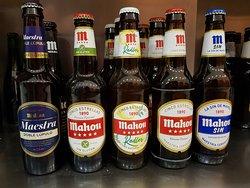 Ofrecemos todo tipo de cervezas Mahou: sin gluten, radler, maestra...