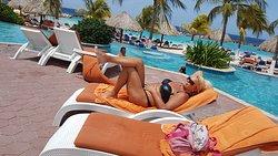 Bij het mooie zwembad met uitzicht over zee!