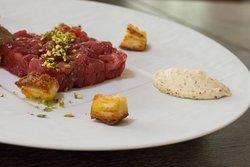 Tartare di tonno rosso con uova scrambled e tartufo nero