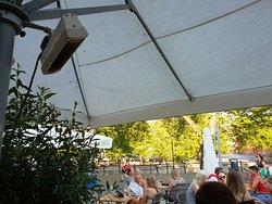 tavoli e sedie non comodissime per mangiare, più adatte per servizio bar