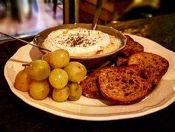 Le Just Vin M2 vous présente son excellent camembert au four à l'huile de truffe !