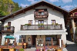 L'ingresso del ristorante La Placette nello splendido borgo di Usseaux