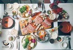  毛房。秋。團圓套餐   闔家團圓吃鍋回憶~無價~ 毛房為許多家庭聚餐朋友設計的4人份套餐,滙集毛房招牌品項,讓聚餐吃的是滿足跟幸福 !