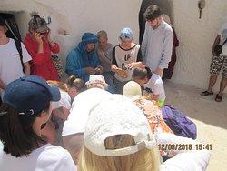 берберы делятся с туристами аутентичными лепешками с оливковым маслом и медом.