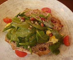 Rühei mit Spinat und Granatapfelvinaigrett auf Walnussbrot