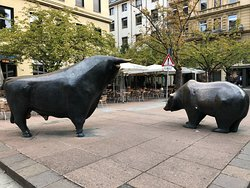 ‪Bull and Bear Statue‬