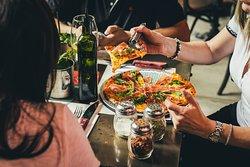 Tragos y comida, pizza, burgers, tacos, bowls, ensaladas.