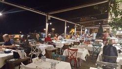 Terasse des Restaurants mit Blick auf den Hafen