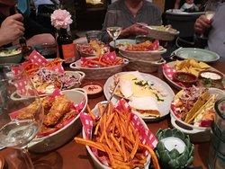 zoete aardappelfrietjes, crispy chicken, quesedillas kip, taco pulled pork, sla mix, nachos