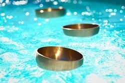 3 bols chantants thérapeutiques flottants dans l'eau