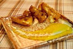 Τρίγωνα γραβιέρας με κρούστα από σπασμένα πιπέρια συνοδεία από μαρμελάδα ροδάκινο και κάρδαμο.
