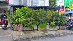 Auf der Au Garden is shielded from road by bushes