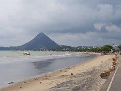Vista da praia central e ao fundo o Monte Agha