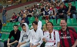 Studenti della Scuola Leonardo da Vinci Milano insieme allo stadio