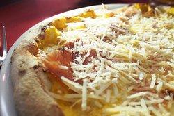 Pizza con zucca, mozzarella,provola affumicata, speck, scaglie