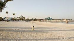 илеально вычещенный пляж, кажется они моют песок