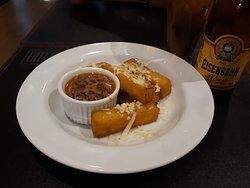 Sabor Mineiro: Polenta frita servida com ragú de costela.