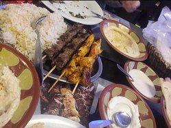 Entrée mezzés chauds/froid, brochettes de viande et riz (menu à 19€)