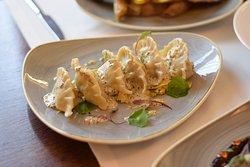 Pierożki z kaczki (250g) z rozmarynem, delikatny sos musztardowy, warzywne tagliatelle