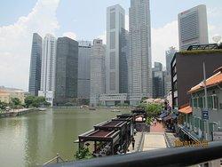 2階建て市内観光バスは、シンガポール川に架かるエルジン橋を渡りました