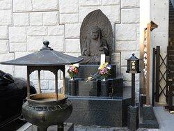 入り口にある不動明王の石像。