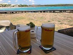 местное пиво и вид на море