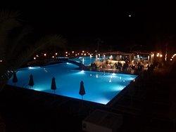Le luci serali in piscina.