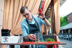 Профессиональные бармены встретят вас с улыбкой!