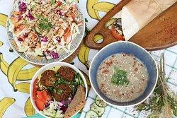 Салат, фалафель, ролл с тофу, грибной суп